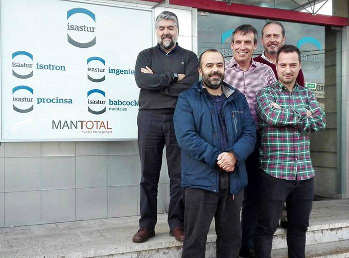 En la primera fila, de izquierda a derecha: Ramón Arias, Oficial de Mantenimiento de Mantotal, y Enrique García, Ingeniero de Mantenimiento de ISOTRON. Tras de ellos, Juan Manuel Fernández, Alberto Cuesta y Fernando Alonso.